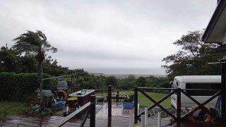 雲は広がりグズついた空模様となっていた9/28の八丈島