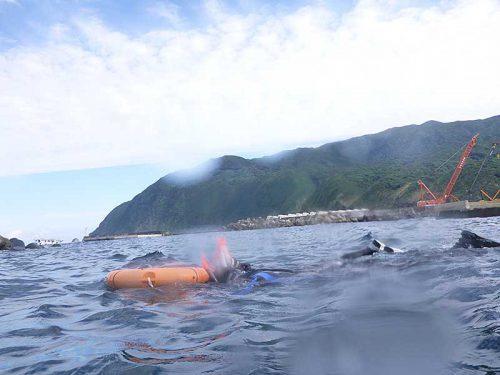 泳いで沖まで出て行って