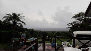 雲も広がり時折強めの雨も降ってきていた10/3の八丈島