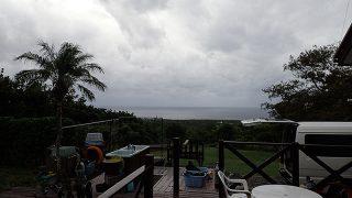 雲は低く降りてきてて雨は降ったり止んだりだった10/6の八丈島