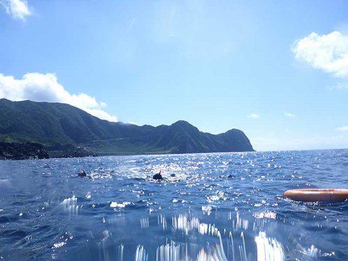 沖まで穏やか八重根の海で