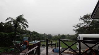 しっかり雨は降り続き肌寒くもなっていた10/17の八丈島