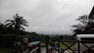 雨は次第に上がりはするが雲は広がってもいた10/25の八丈島