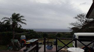 雲は次第に厚くもなって雨も降りだしてきていた10/28の八丈島