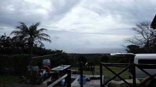 空には雲も広がって時折雨もパラついてきていた11/8の八丈島