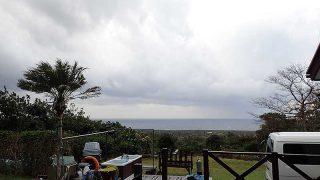 雲は広がり一時雨も強まっていた11/11の八丈島