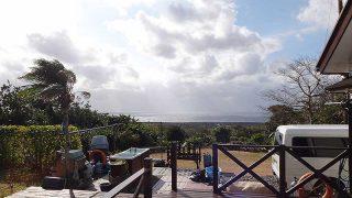 青空続くが西からの風は強まってもいた1/3の八丈島