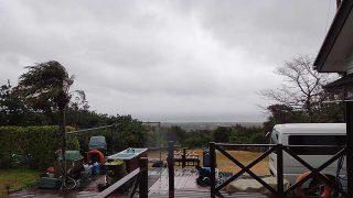 風は強まり早めのうちは雨も降り荒れた天気となっていた1/9の八丈島