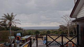 日差しもあるがあられも降って落ち着かない空模様だった2/8の八丈島