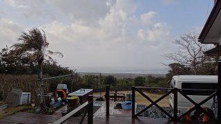 気温は上がって暖かくはなるが風は強まり荒れていた3/1の八丈島