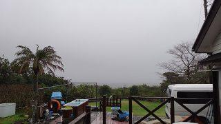 風は強まり雨も降り荒れた天気となっていた3/20の八丈島
