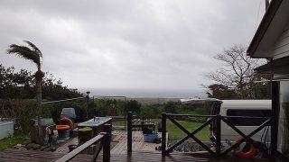 暖かな風は強くもあって荒れた天気となっていた4/15の八丈島