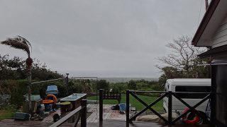 湿った風も吹きこんで荒れた天気となっていた4/25の八丈島