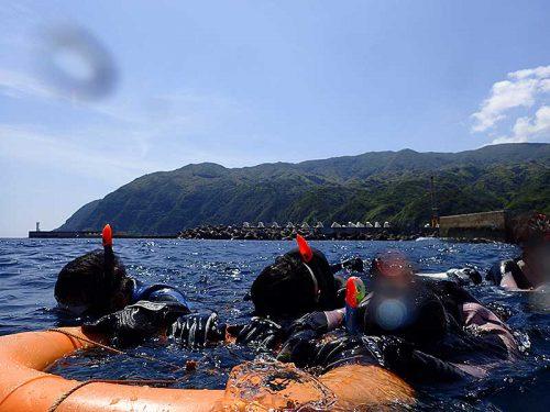 浮き輪に掴まりゆっくり海に慣れていき