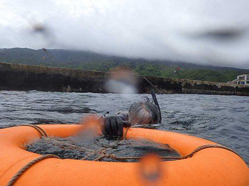 浮き輪に掴まり沖に出て