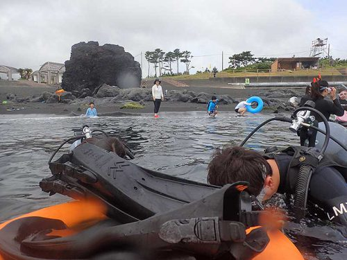 浮き輪に掴まり海に慣れていきまして