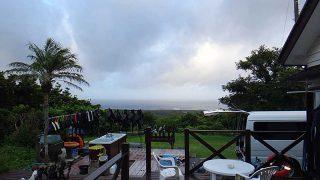 空は明るくもあるが時折パラッと雨も降ってた8/23の八丈島