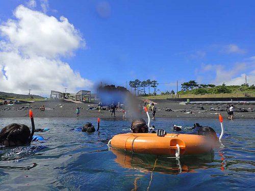 浮き輪に掴まり海に慣れつつ泳いで行って