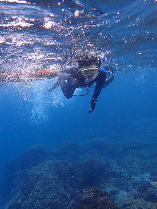 ちょっと泳げば水は綺麗になってきて