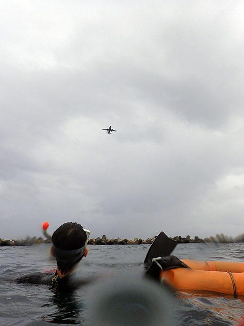 海の上から飛行機見たり