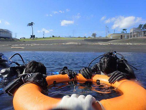 穏やかな潮だまりで浮き輪に掴まり海に慣れ