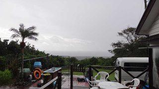 薄日もあるがグズついた空模様となっていた11/14の八丈島