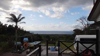 日中青空広がるものの風は強くて雲は多めな1/22の八丈島