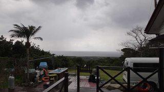 時折青空広がるものの雲も広がり一時雨も降ってきていた4/1の八丈島