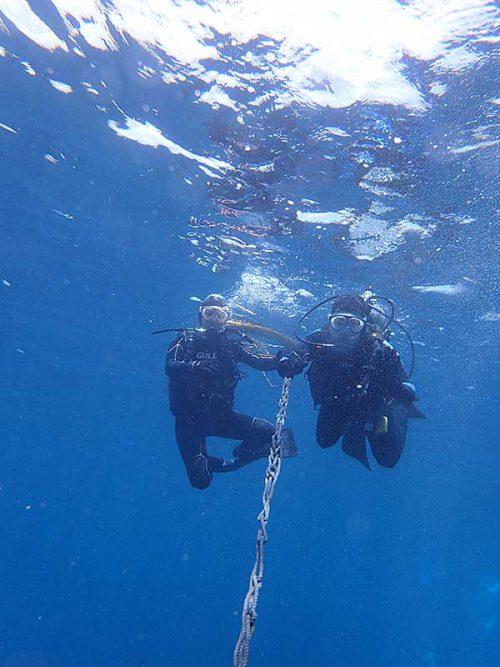 ロープに掴まり泳いでいって