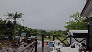 吹く風強く雨も強まり荒れた天気となっていた4/30の八丈島
