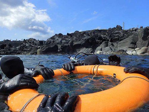 浮き輪に掴まりササっと海に慣れていき