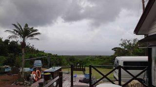 雲は広がりパラッと雨も降ってきていた5/20の八丈島