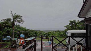 風は弱いが一時雨は強まっていた6/22の八丈島