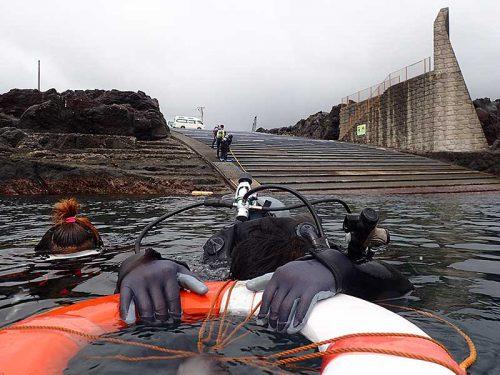 浮き輪に掴まり時間をかけて海に慣れ