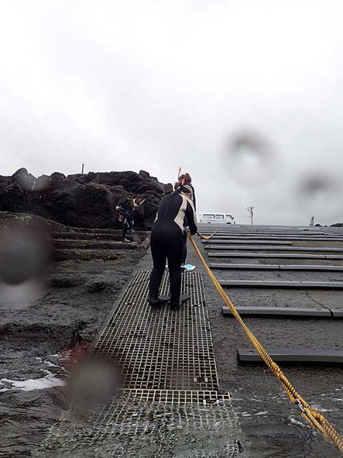 ロープに掴まりササっと海へ入っていって