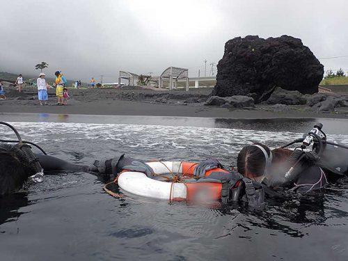 浅場で浮き輪に掴まり海に慣れ
