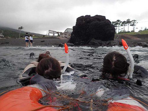 手前で海に慣れたたら泳いで沖まで出て行って