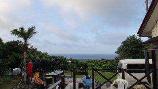 山の上には雲あるが青空広がっていた8/17の八丈島