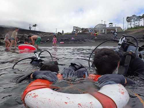 浮き輪に掴まり海に慣れ