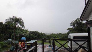 早めのうちは雨風強いが次第に青空出てきた10/7の八丈島