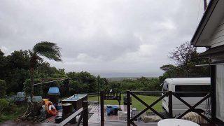 グズつく天気で日中も気温は上がらず肌寒くなっていた10/16の八丈島