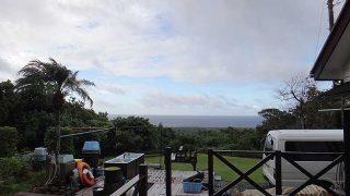 雲の合間から時折青空も見られ気温は上がってきていた10/19の八丈島