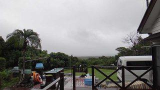 朝は雨も残っているが次第に空は明るくもなってきていた10/20の八丈島