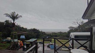 雨は弱まるものの風は強まり荒れた天気となっていた2/16の八丈島