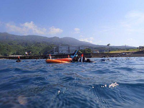 浮き輪に掴まりながらゆっくり泳いで行きまして