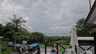 青空あるが雲は広がり落ち着かない空模様となっていた8/27の八丈島