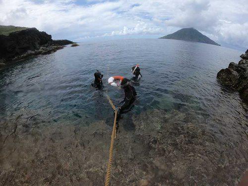 ロープを伝ってササっと海へ入っていって
