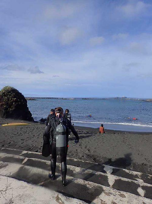 ちょっと歩いて隣の砂浜行きまして
