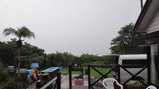 一時雨は強まってグズついた空模様となっていた9/16の八丈島