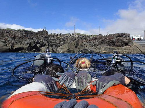 湾内で浮き輪に掴まり呼吸に慣れて